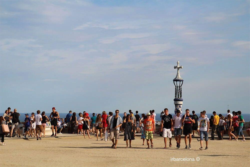 personnes sur l'esplanade du Parc Güell