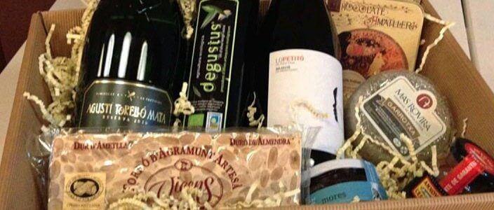 Tirage au sort d'un panier garni de Noël contenant des produits gourmets de Catalogne